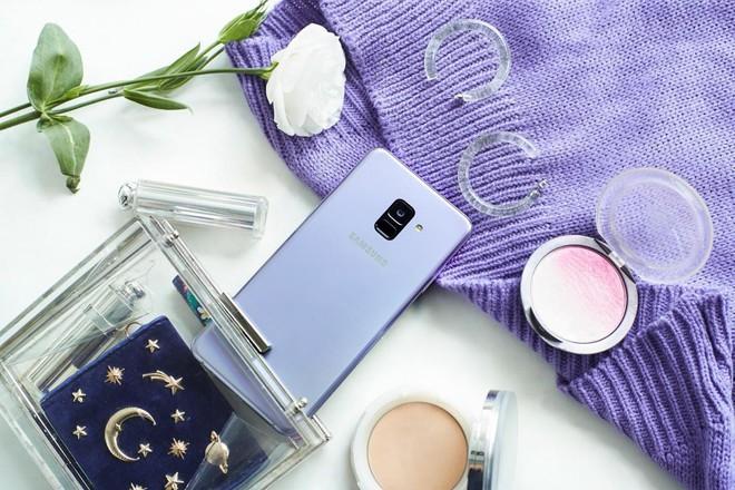Samsung Galaxy A8/A8+ sở hữu thiết kế kim loại nguyên khối với màu sắc nổi bật và công nghệ camera selfie kép, có thể chụp được những bức ảnh xóa phông xuất sắc, được phái đẹp yêu thích. Đây là vật dụng không thể thiếu trong túi các cô nàng sành điệu.