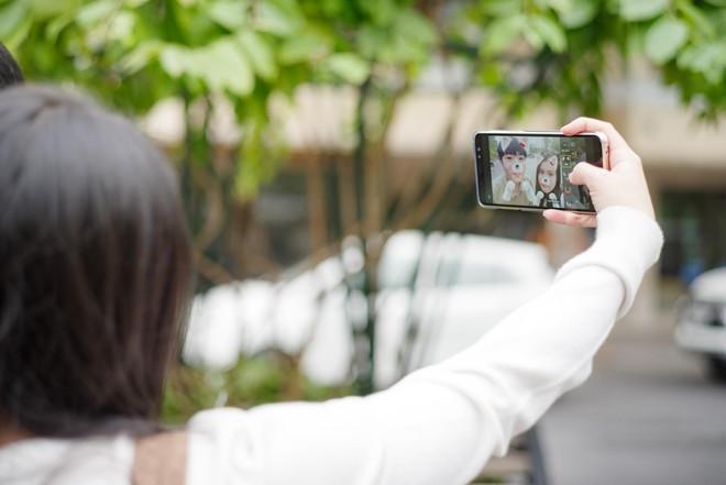 Không chỉ thế, tính năng AR sticker còn giúp bạn gái tự tạo cho mình những bức hình selfie dễ thương, ghi dấu kỷ niệm với người yêu.