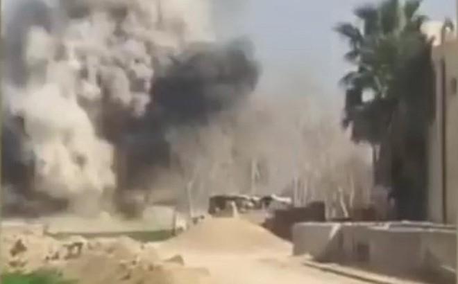 """Tăng T-72 Syria """"thổi tung"""" xe đánh bom liều chết tại tử địa Đông Ghouta"""