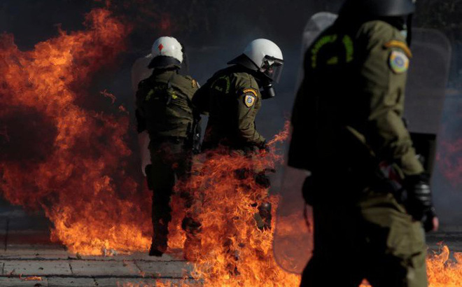 24h qua ảnh: Cảnh sát đứng giữa biển lửa bom xăng của người biểu tình