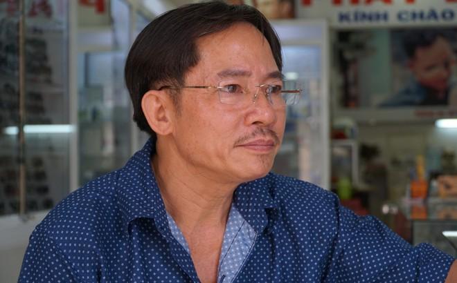 """""""Người hùng"""" lao đến vật ngã kẻ dùng kính đâm vào cổ nữ chủ tiệm ở Sài Gòn"""