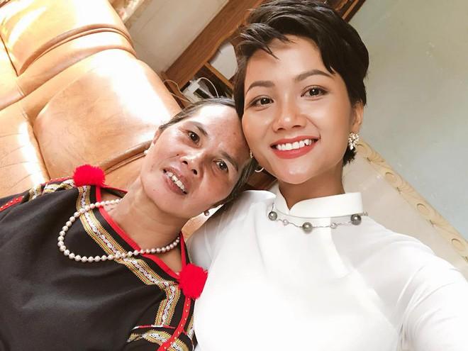 Người mẹ nghèo nhưng đầy đặc biệt của Hoa hậu H'Hen Niê - Ảnh 2.