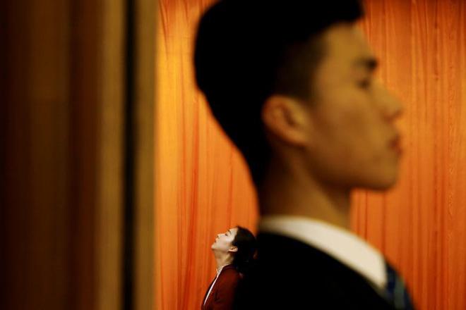 24h qua ảnh: Nhân viên an ninh và lễ tân phục vụ tại Quốc hội Trung Quốc - ảnh 6