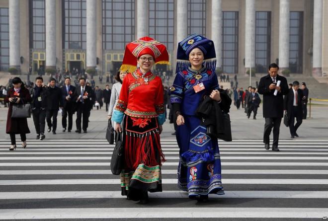 24h qua ảnh: Nhân viên an ninh và lễ tân phục vụ tại Quốc hội Trung Quốc - ảnh 10