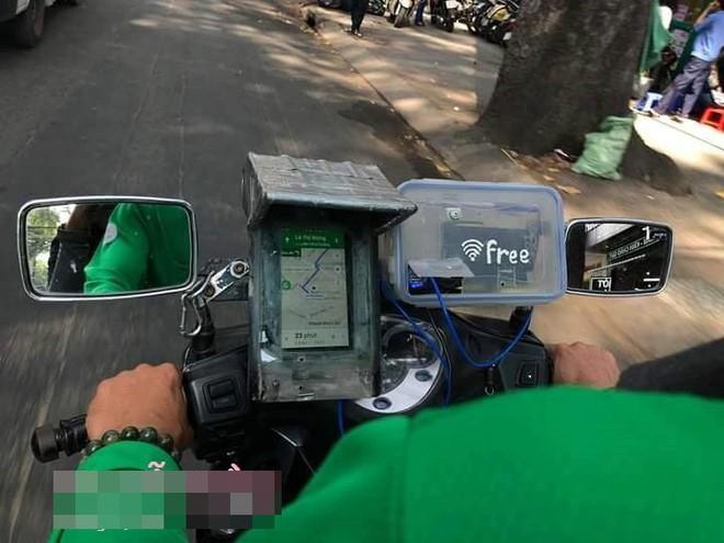 Lắp cục phát wifi trên xe máy, tài xế Grab khiến dân mạng thốt lên: Ai nỡ cho 1 sao - ảnh 2