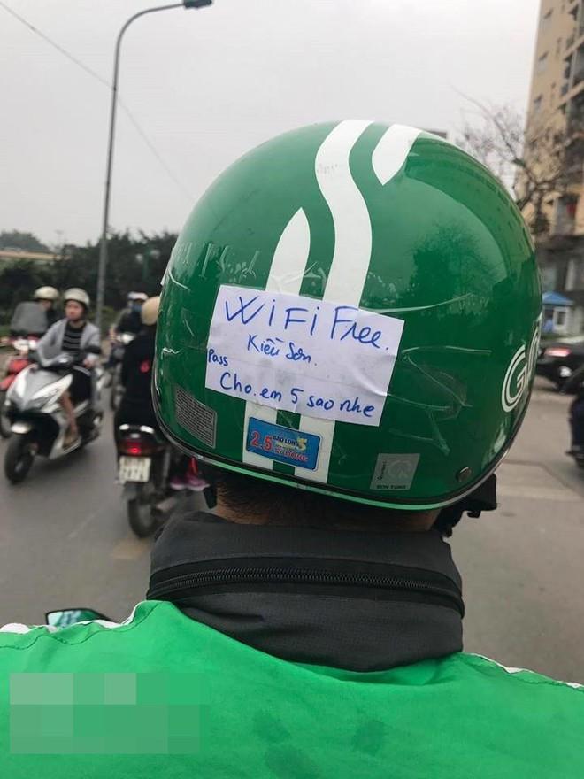 Lắp cục phát wifi trên xe máy, tài xế Grab khiến dân mạng thốt lên: Ai nỡ cho 1 sao - ảnh 1