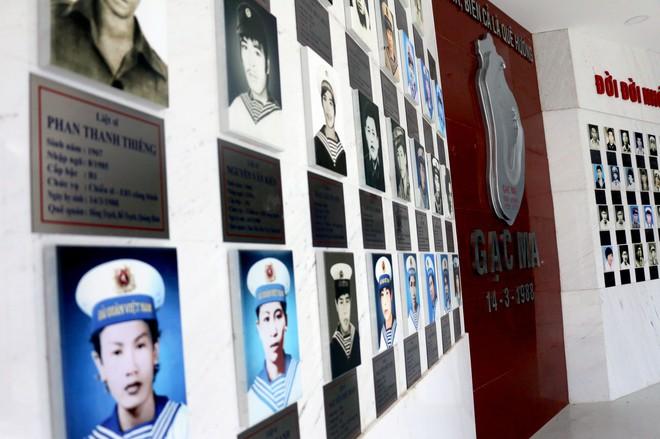 Dâng hương tưởng niệm 64 chiến sĩ anh dũng hy sinh tại Gạc Ma - Ảnh 4.