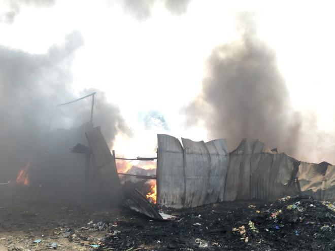 Kho phế liệu trong khu dân cư bốc cháy ngùn ngụt, hàng trăm học sinh di tản tránh nạn - Ảnh 3.