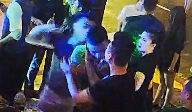 Lộ clip phóng viên bị đánh dã man trong quán bar ở Đà Nẵng - Ảnh 2.