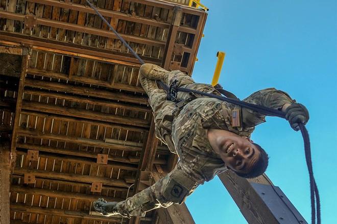 Ngỡ ngàng kỹ năng dùng dây vượt chướng ngại vật của lính Mỹ - Ảnh 1.