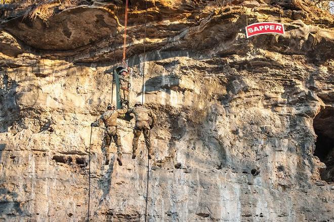 Ngỡ ngàng kỹ năng dùng dây vượt chướng ngại vật của lính Mỹ - Ảnh 2.