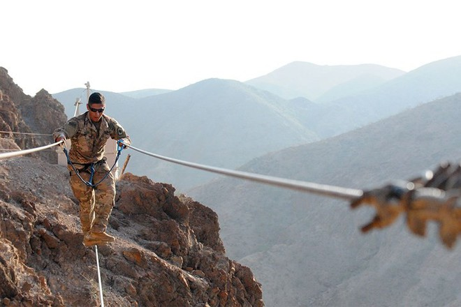 Ngỡ ngàng kỹ năng dùng dây vượt chướng ngại vật của lính Mỹ - Ảnh 3.
