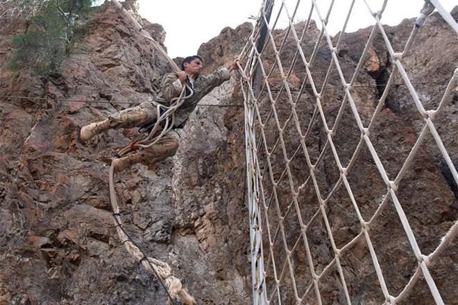 Ngỡ ngàng kỹ năng dùng dây vượt chướng ngại vật của lính Mỹ - Ảnh 4.