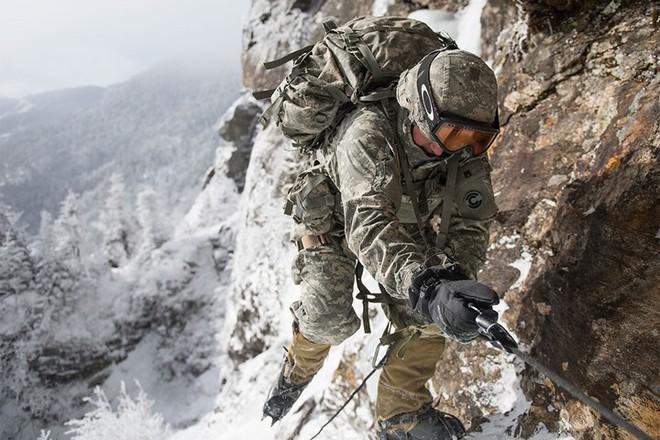 Ngỡ ngàng kỹ năng dùng dây vượt chướng ngại vật của lính Mỹ - Ảnh 5.