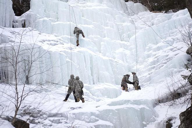 Ngỡ ngàng kỹ năng dùng dây vượt chướng ngại vật của lính Mỹ - Ảnh 6.