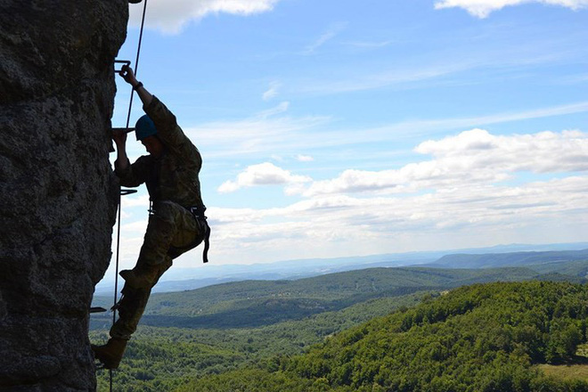 Ngỡ ngàng kỹ năng dùng dây vượt chướng ngại vật của lính Mỹ - Ảnh 7.