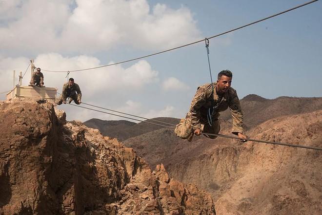 Ngỡ ngàng kỹ năng dùng dây vượt chướng ngại vật của lính Mỹ - Ảnh 8.