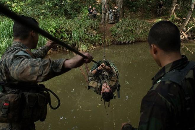 Ngỡ ngàng kỹ năng dùng dây vượt chướng ngại vật của lính Mỹ - Ảnh 9.