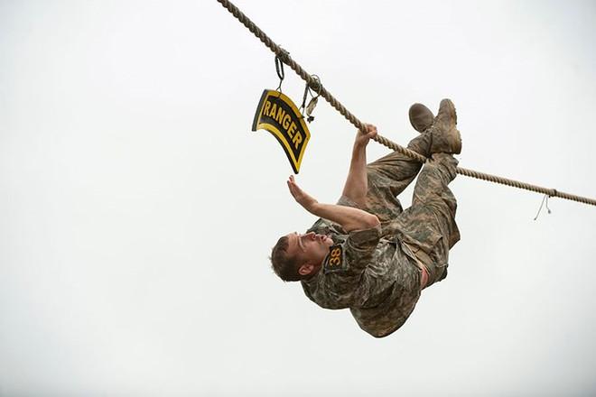 Ngỡ ngàng kỹ năng dùng dây vượt chướng ngại vật của lính Mỹ - Ảnh 10.
