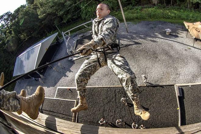 Ngỡ ngàng kỹ năng dùng dây vượt chướng ngại vật của lính Mỹ - Ảnh 11.