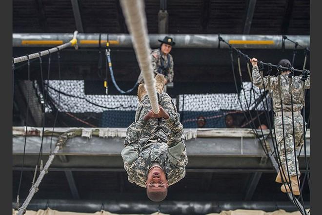 Ngỡ ngàng kỹ năng dùng dây vượt chướng ngại vật của lính Mỹ - Ảnh 12.