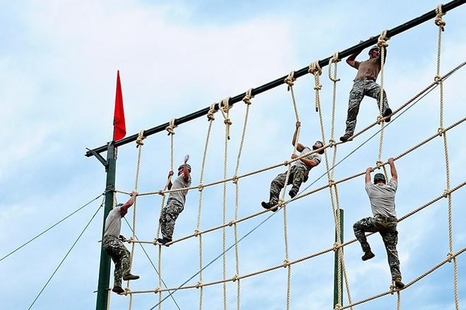 Ngỡ ngàng kỹ năng dùng dây vượt chướng ngại vật của lính Mỹ - Ảnh 13.