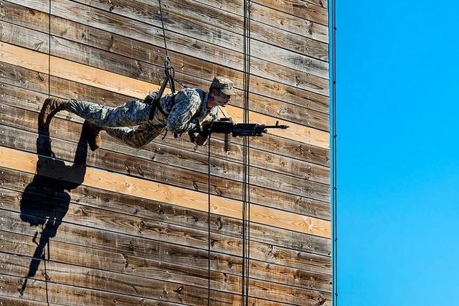 Ngỡ ngàng kỹ năng dùng dây vượt chướng ngại vật của lính Mỹ - Ảnh 14.
