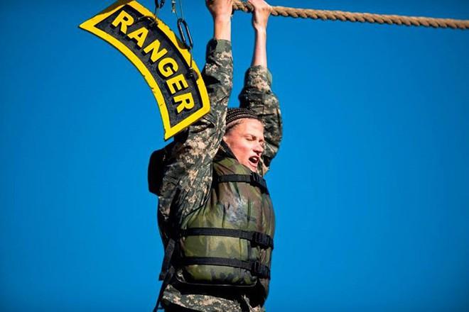 Ngỡ ngàng kỹ năng dùng dây vượt chướng ngại vật của lính Mỹ - Ảnh 15.