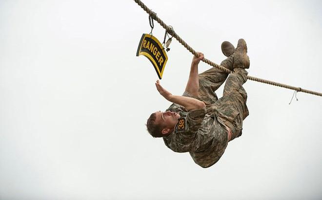 Ngỡ ngàng kỹ năng dùng dây vượt chướng ngại vật của lính Mỹ