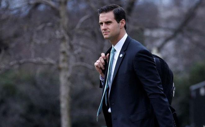 Trợ lý riêng của ông Trump đột ngột bị an ninh đưa ra khỏi Nhà Trắng