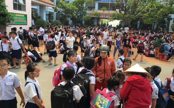 Kho phế liệu trong khu dân cư bốc cháy ngùn ngụt, hàng trăm học sinh di tản tránh nạn