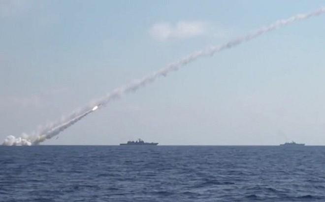 """Nga nã tên lửa Kalibr tấn công mục tiêu tại Syria """"nhắc nhẹ"""" Mỹ"""