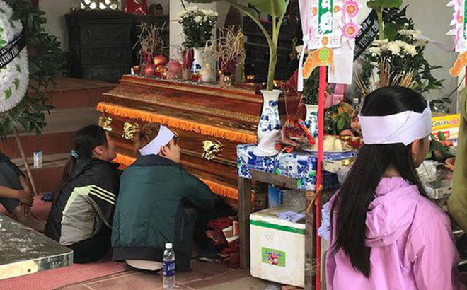 Cha mẹ sụp đổ, chồng sắp cưới ngẩn ngơ ôm linh cữu sau vụ tai nạn khiến cô gái sinh năm 1994 tử vong ở Hà Nội