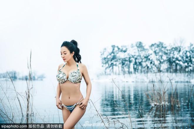 Người mẫu 50 tuổi mặc bikini khoe thân hình gợi cảm giữa thời tiết lạnh - 40 độ C - Ảnh 11.