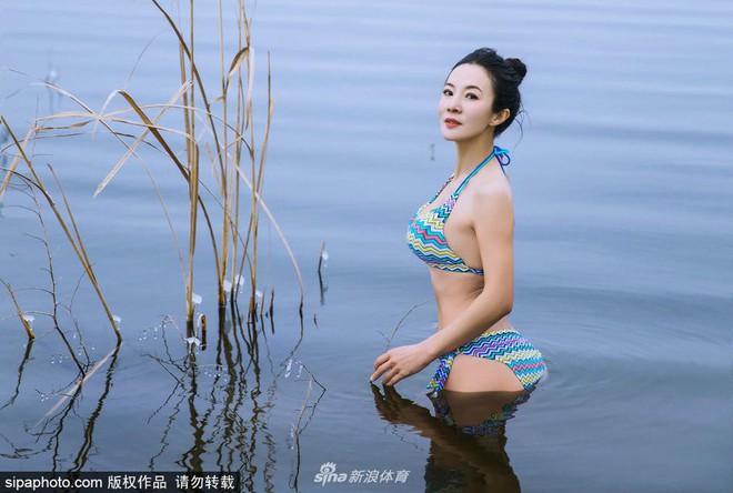 Người mẫu 50 tuổi mặc bikini khoe thân hình gợi cảm giữa thời tiết lạnh - 40 độ C - Ảnh 12.
