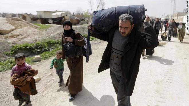 Chùm ảnh hàng chục nghìn dân thường Syria tháo chạy khỏi điểm nóng Đông Ghouta - Ảnh 1.
