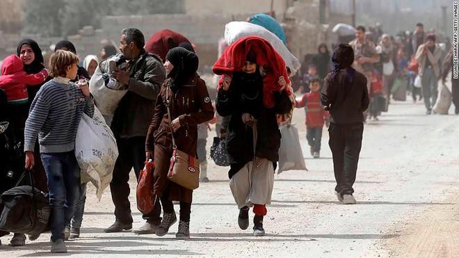 Chùm ảnh hàng chục nghìn dân thường Syria tháo chạy khỏi điểm nóng Đông Ghouta - Ảnh 2.
