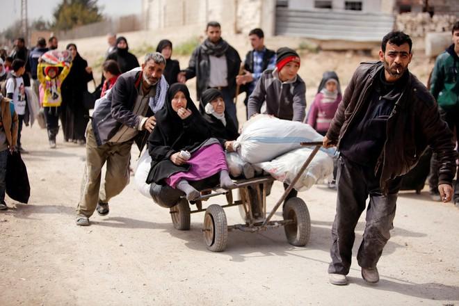 Chùm ảnh hàng chục nghìn dân thường Syria tháo chạy khỏi điểm nóng Đông Ghouta - Ảnh 3.