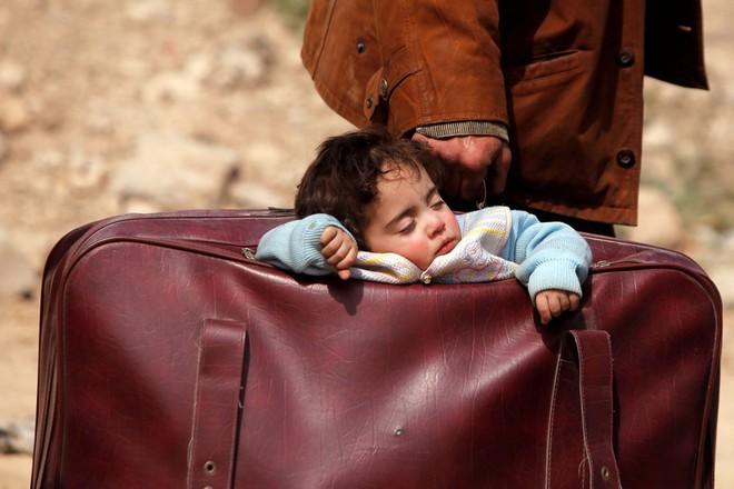 Chùm ảnh hàng chục nghìn dân thường Syria tháo chạy khỏi điểm nóng Đông Ghouta - Ảnh 4.
