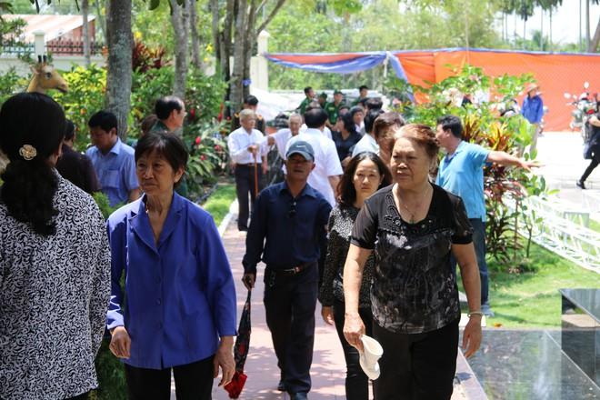 Nguyên thủ tướng Phan Văn Khải mất: Nhiều người dân đến thắp hương kính viếng.