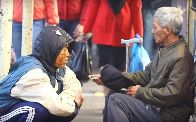 Chàng trai Huế giả ăn xin để thử lòng người nghèo và cái kết đầy nước mắt