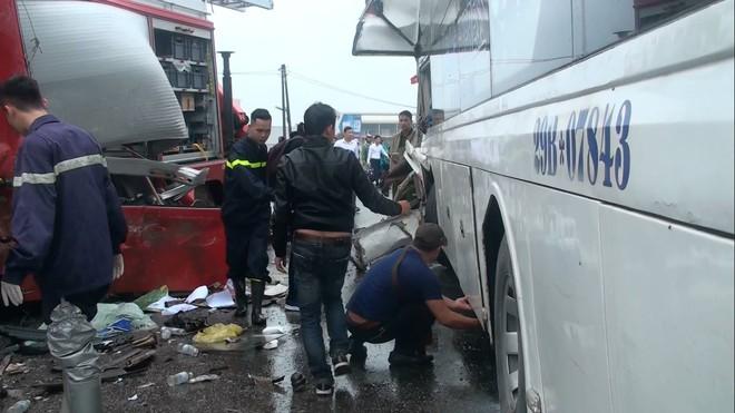 Đang đi cấp cứu tai nạn, xe cứu hoả đâm trực diện xe khách trên cao tốc - Ảnh 1.