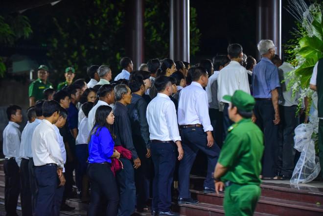 Người dân vượt đường xa đến viếng nguyên Thủ tướng Phan Văn Khải trong đêm - Ảnh 3.