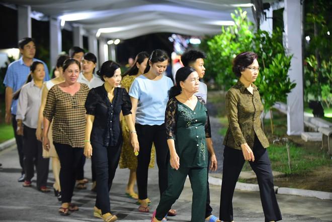 Người dân vượt đường xa đến viếng nguyên Thủ tướng Phan Văn Khải trong đêm - Ảnh 1.