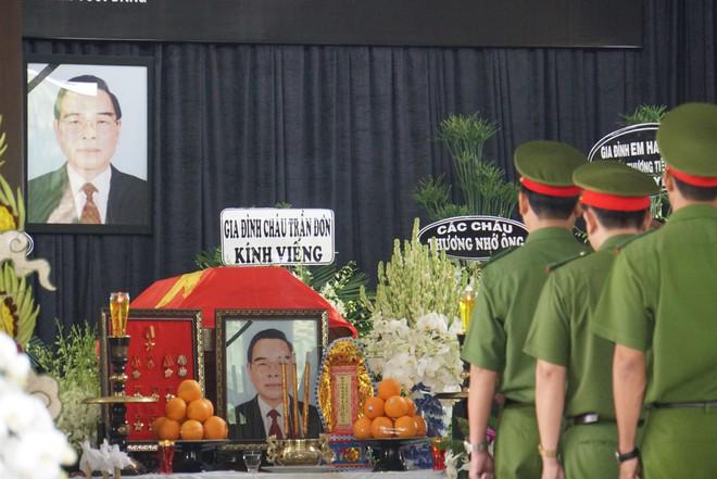 Người dân vượt đường xa đến viếng nguyên Thủ tướng Phan Văn Khải trong đêm - Ảnh 8.