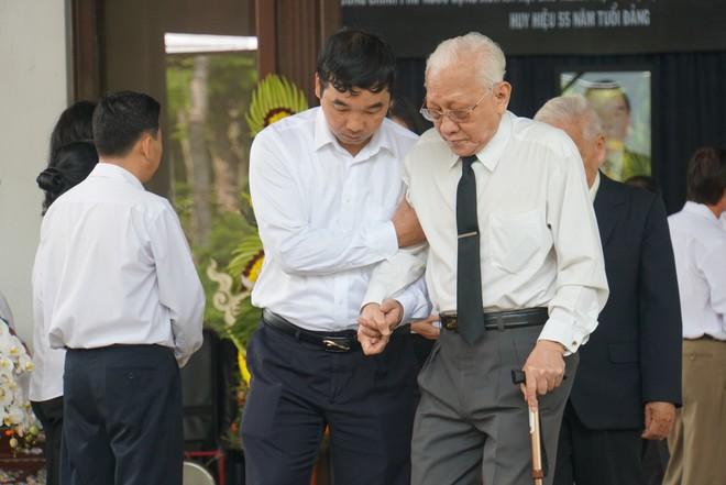 Người dân vượt đường xa đến viếng nguyên Thủ tướng Phan Văn Khải trong đêm - Ảnh 9.