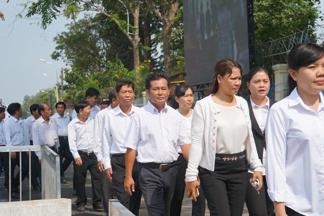 Người dân vượt đường xa đến viếng nguyên Thủ tướng Phan Văn Khải trong đêm - Ảnh 6.