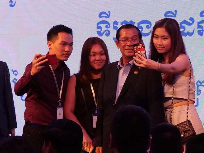 Chùm ảnh: Tinh thần selfie cao độ của Thủ tướng Campuchia cùng các nguyên thủ ASEAN - Ảnh 6.