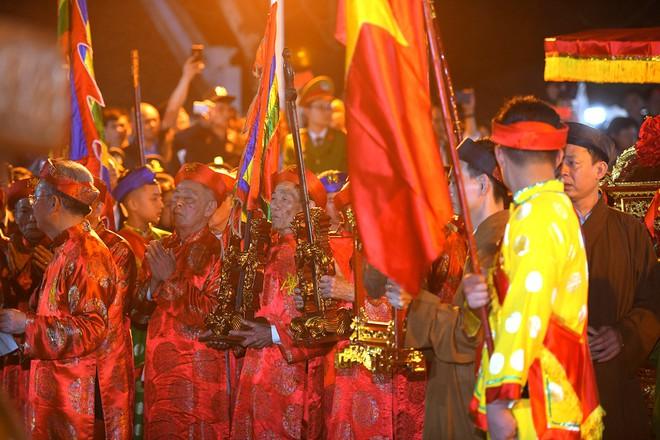 Đại biểu chen chân, rủ nhau 'lấy lộc' trong đêm khai ấn Đền Trần 1