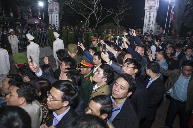 Đại biểu chen chân, rủ nhau 'lấy lộc' trong đêm khai ấn Đền Trần 3
